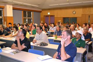名蔵湾内の沈水カルスト地形に関する学術講演会に聴き入る市民ら=10日夜、市健康福祉センター