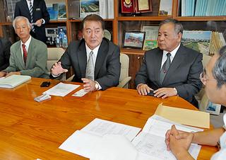 離島の建築工事について要請する県建設業協会八重山支部の黒嶋克史支部長(左から2人目)=12日午前、県庁