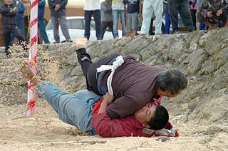 与那国町漁協の金刀比羅神社祭で行われた奉納相撲=12日午前、久部良地区のナーマ浜