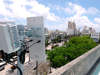 中心市街地に設置されている公衆無線ネットワークの専用アンテナ=8月2日、市役所屋上。利用が順調に推移している