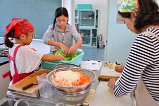 ベトナム料理に挑戦した参加者ら=17日午前、伊原間中家庭科室