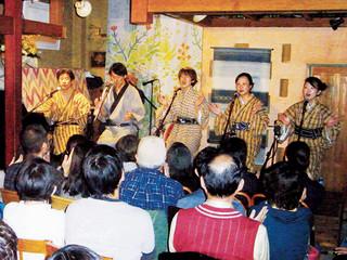 大勢の観客でにぎわった東京やいまうた会の10周年記念ライブ=9日、都内