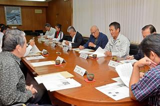 岩手県北上市との友好都市締結に向けて意見を交わした関係団体の代表ら=19日夕、市役所庁議室