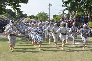祝種子取を踊る石垣竹富郷友会の婦人=20日午後、世持御嶽