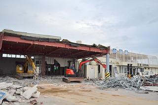 解体工事が進められている到着ターミナル=22日夕、旧石垣空港