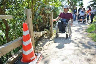 参加者と一緒に公園内の段差などをチェックする砂川洋輝さん=23日午後、川平公園