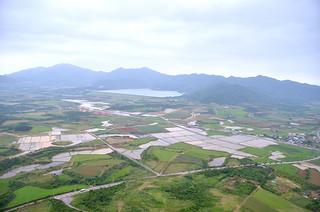 農地が広がる石垣島(奥は底原ダム)=2013年2月13日撮影=。2014年度から大規模な国営土地改良事業がスタートする予定だ