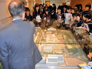 国会議事堂など東京都内を周遊視察した石垣市内の中学生ら=22日午後、東京都内