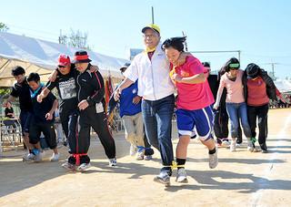 在沖縄与那国郷友会の大運動会。幅広い世代が参加した二人三脚リレー=25日午後、那覇市