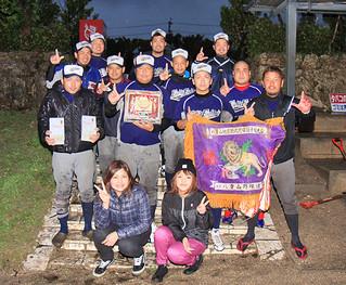第78回秋季軟式野球大会で優勝を飾った88s=15日夕、沖縄電力球場
