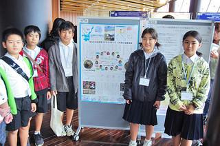 日本サンゴ礁学会第16回大会で発表を行った富野小中学校の児童たち。左から土方海人君、津波弥稀君、知花耕太郎君、前濵七海さん、比嘉彩香さん=13日、恩納村の沖縄科学技術大学院大学
