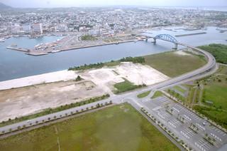 埋め立てで広大な土地が形成された新港地区。「南ぬ浜町」の命名案は市議会で継続審議となった