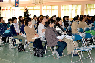 石垣中学校PTA文化活動委員会の教育講演会で、話に聞き入る保護者ら=20日午後、同校体育館