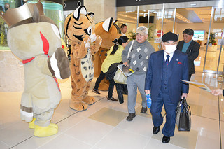 ゆるキャラが参加して行われた、イリオモテヤマネコとカンムリワシの交通事故防止を呼び掛ける活動=21日午前、南ぬ島石垣空港