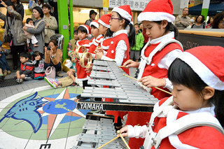 ハッピークリスマスでクリスマスの歌を演奏する子どもたち=23日午後、ユーグレナモールゆんたく家
