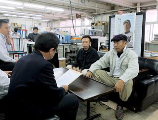 市に質問書を提出する崎枝公民館の新里武夫館長(右)ら=24日午前9時すぎ、市役所