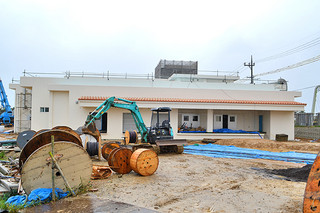 本体工事がほぼ完了している新学校給食センター=26日午後、バンナ公園北口近くの市有地