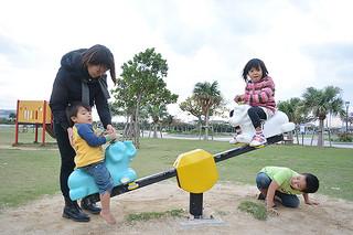 16日ぶりに太陽が顔を出し、公園で気持ちよさそうに遊ぶ子どもたち=27日午後、真栄里公園