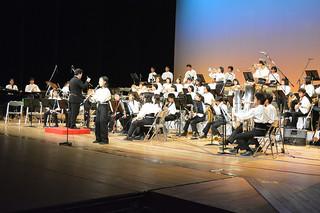 年末恒例の二中吹奏楽部の定期演奏会。在校生とOBが15曲を演奏し、会場を盛り上げた=28日夕、市民会館大ホール