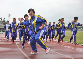 31日午前11時のゴールに向け24時間走のスタートを切る八重山高校陸上・駅伝部のメンバー=30日午前、市中央運動公園陸上競技場