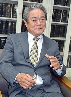 新春インタビューに応じる外間守吉町長=2013年12月20日、町長室