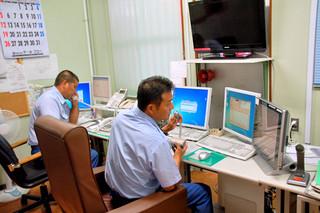 119番通報に対応する石垣市消防本部の通信指令室=2012年8月9日撮影