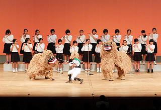 平真小学校の6年生による獅子舞で幕開けした八重山更生保護女性会設立40周年記念チャリティー芸能の夕べ