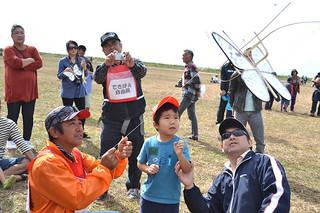 多くの家族連れが参加した新春凧揚げ大会=12日午前、八島町新港地区