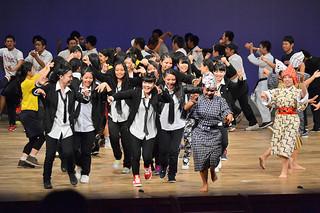 八重山高校派遣費造成公演のフィナーレでモーヤーを踊る生徒たち=12日夜、市民会館大ホール