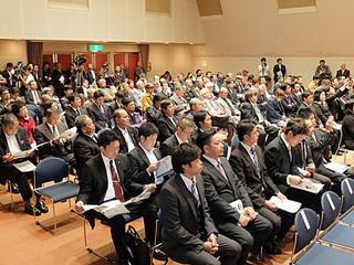 尖閣諸島開拓の日式典に参加する人たち=14日午後3時すぎ、市民会館中ホール