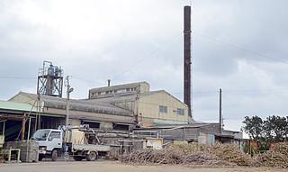 現在の工場で最後の操業を行っている西表糖業の製糖工場=12日午後
