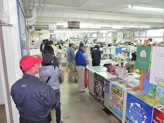 オープン戦のチケットを買うため販売開始前から並んだ市民ら=16日午前9時ごろ、市役所スポーツ交流課前