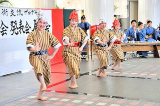 高校生の海外研修事業に先立つ壮行会で郷土芸能を披露した八重山の生徒ら=17日午後、県庁