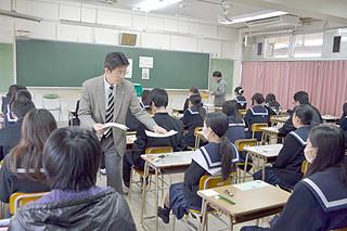 八重山地区では111人が受験した大学入試センター試験=18日午前、八重山高校
