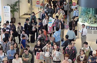 南ぬ島石垣空港を利用する観光客ら=2014年1月1日。13年は、乗降客数が大台の200万人を突破した
