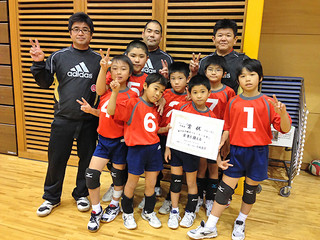 第28回沖縄市バレーボール祭りでCクラス準優勝に輝いたスポーツ少年団アカハチ男子=(同チーム提供)