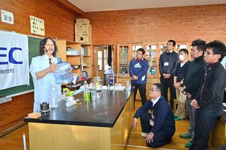 NECの「ティーチャーズ・サイエンス・ラボ」で、講師の松延康さん(左)の話に聴き入る教師ら=23日午後、八島小