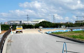 真栄里緑地(奥)にかかる用地の除外手続きが進められている登野城漁港内道路=23日。3月末までには開通する見通し。右側が代替の緑地となる