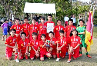 JAカップ第27回沖縄県ジュニアサッカー(U-11)大会石垣地区大会で優勝を飾った新川ドルフィンズ=25日午後、サッカーパークあかんま