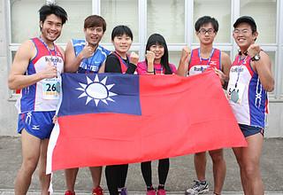台湾の国旗を手に完走を喜ぶ台湾からの参加者=26日午後、石垣市屋内練習場