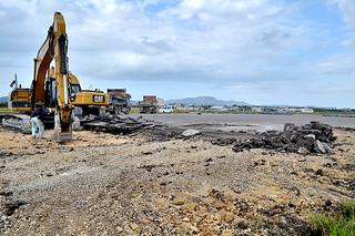 滑走路の撤去工事が進められている旧石垣空港南側=27日午後