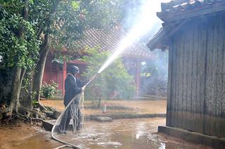 文化財防火デーにちなんで行われた権現堂の防火訓練。消火用のホースが破れており、水が漏れてしまった=29日午前