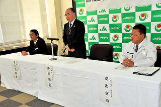 飼料価格高騰に対する支援策を発表したJAおきなわの役員ら=24日午後、那覇市内のJA会館