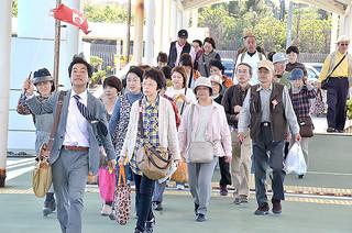 94万人台を記録した八重山観光入域客数。14年も離島観光を中心に好調が見込まれている。=29日午後、竹富港