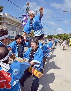 晴天に恵まれた黒島東筋集落の旧正月大綱引き=1月31日午後、黒島伝統芸能館前