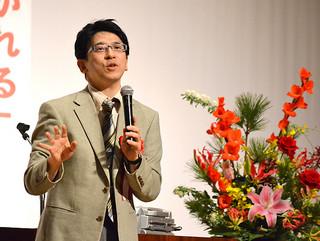 「いしがき教育の日」の行事で講演した齋藤孝教授=3日午後、市民会館大ホール