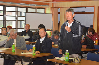 海底送水による要望が相次いだ黒島地区の町政懇談会=4日午前、黒島伝統芸能館