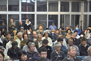 自衛隊配備関連の住民説明会に参加した町民ら=4日夜、町構造改善センター