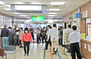 電子カルテの導入を知らない患者などで一時混雑した八重山病院の受付カウンター前(同院提供写真)=3日午前8時ごろ