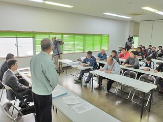 操業ルールの説明会に出席する漁業者ら=5日午後5時すぎ、八重山漁協会議室